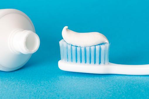 ازالة الرؤوس السوداء من الانف بمعجون الاسنان